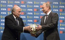 Presidente russo, Vladimir Putin, e presidente da Fifa, Joseph Blatter, no Maracanã. 13/07/2014 REUTERS/Alexey Nikolsky/RIA Novosti/Kremlin