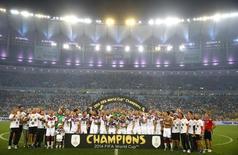 Seleção alemã ergue a taça da Copa do Mundo no Maracanã. 13/07/2014  REUTERS/Darren Staples