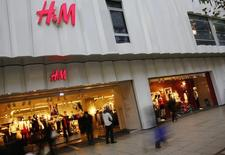 Le géant suédois de prêt-à-porter Hennes & Mauritz annonce mardi une hausse de 12% de ses ventes en juin en monnaies locales, un chiffre meilleur que prévu alors que les analystes tablaient en moyenne sur une progression de 10%. /Photo prise le 4 décembre 2013/REUTERS/Kai Pfaffenbach