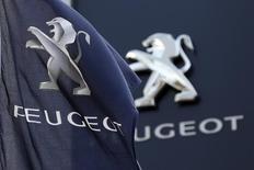 PSA Peugeot Citroën à suivre à la Bourse de Paris à la mi-séance. Le groupe automobile est en tête des hausses du SBF 120 et du secteur automobile européen (+0,19%), soutenue par l'optimisme de JPMorgan sur la trésorerie du constructeur et la confirmation de ses objectifs annoncés en avril. A 13h12, l'indice CAC 40 perd en revanche 0,47% à 4.329,55 points. /Photo d'archives/REUTERS/Charles Platiau