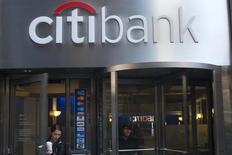 Imagen de archivo de personas saliendo de Citibank  en Nueva York, 16 de octubre de 2012.  Las bolsas de Asia subían el martes después de que las ganancias de Citigroup y una nueva ronda de fusiones y adquisiciones en el sector de salud de Estados Unidos impulsaron los precios de las acciones globales.REUTERS/Keith Bedford