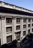 Imagen de archivo del edificio del Banco Central de Chile en Santiago, mar  8, 2001. El Banco Central de Chile recortó el martes la Tasa de Política Monetaria (TPM) en un cuarto de punto porcentual al 3,75 por ciento, como esperaba parte del mercado para estimular una deprimida actividad doméstica, y dejó abierta la puerta a nuevas rebajas.
