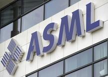 ASML, le premier équipementier mondial pour les semi-conducteurs, a enregistré des résultats meilleurs que prévu au titre du deuxième trimestre mais table pour l'ensemble de l'exercice 2014 sur une prévision de chiffre d'affaires inférieure aux attentes des analystes. /Photo d'archives/REUTERS/Robin van Lonkhuijsen/United Photos