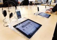 iPad и iPhone в магазине Apple в Нью-Йорке 23 мая 2011 года. Американские International Business Machines Corp и Apple Inc договорились об экслюзивном партнерстве для продвижения iPhone и iPad на рынок корпоративных клиентов, и IBM уже осенью начнет продажи смартфонов и планшетов Apple, напичканных собственными приложениями. REUTERS/Shannon Stapleton