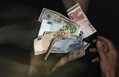 La part de l'euro dans les réserves de change a de nouveau diminué l'année dernière avec la diversification de leurs avoirs par les banques centrales mais l'investissement étranger au sein de la zone euro a augmenté, selon la Banque centrale européenne. /Photo d'archives/REUTERS/David W Cerny