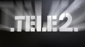 Логотип Tele2 в офисе продаж компании в Санкт-Петербурге 2 апреля 2013 года. Шведский телекоммуникационный оператор Tele2 нарастил финансовые показатели во втором квартале благодаря росту передачи данных, однако предупредил в среду, что девальвация казахского тенге и снижение продаж сотовых телефонов негативно отразятся на годовой выручке. REUTERS/Alexander Demianchuk