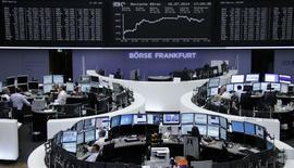 Les Bourses européennes ont clôturé en hausse mercredi, soutenues par la croissance chinoise au deuxième trimestre, ressortie à 7,5% sur un an, grâce aux mesures de soutien adoptées par Pékin. Le CAC 40 a progressé de 1,48%, la Bourse de Londres a grimpé de 1,11%, celle de Francfort de 1,44%, Milan a pris 3,17% et Madrid 1,84%.  /Photo prise le 16 juillet 2014/REUTERS