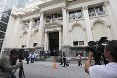 Imagen de archivo del edificio del Banco Central argentino en Buenos Aires, ene 24 2014. Argentina registró en mayo un superávit presupuestario primario de 3.076,4 millones de pesos (380,7 millones de dólares), ante un resultado positivo de 1.667,3 millones de pesos en el mismo mes del 2013, informó el miércoles el Gobierno.   REUTERS/Enrique Marcarian