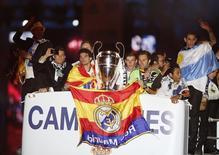 En la imagen de archivo, jugadores del Real Madrid celebran su victoria en la última edición de la Liga de Campeones en un autobús a su llegada a la plaza de Cibeles, en Madrid, el 25 de mayo de 2014. El Real Madrid de España mantuvo su título de la franquicia deportiva más valiosa del mundo, según un sondeo publicado el miércoles por Forbes, que de nuevo estuvo dominado por equipos de fútbol americano. REUTERS/Andrea Comas