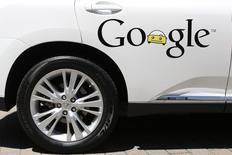 Selon le PDG de Nissan et Renault, Carlos Ghosn, certains constructeurs automobiles restent réticents à collaborer avec le géant des technologies Google sur son projet de voiture sans conducteur de crainte de perdre leur identité.  /Photo prise le 13 mai 2014/REUTERS/Stephen Lam