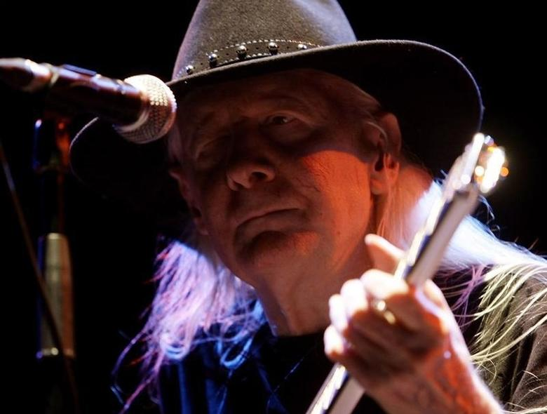 U.S. rock and blues musician Johnny Winter performs during the ''B-estival'' concert in Barcelona July 21, 2008.  REUTERS/Gustau Nacarino/Files