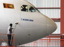 Airbus 330 компании Sri Lankan airlines в ангаре аэропорта Катунаяке 11 февраля 2013 года. Вторая по объемам перевозок в РФ авиакомпания Трансаэро намерена купить 20 широкофюзеляжных самолетов А330, сообщил производитель Airbus в четверг. REUTERS/Dinuka Liyanawatte