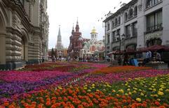 Люди прогуливаются около ГУМа в Москве 16 июля 2014 года. Выходные в Москве будут жаркими и солнечными, ожидают синоптики. REUTERS/Sergei Karpukhin