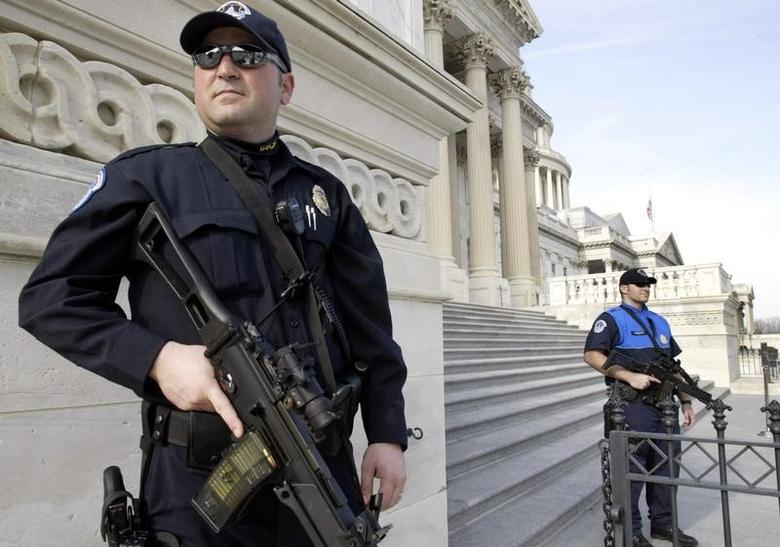 Heavily armed U.S. Capitol Police officers guard the U.S. Capitol building in Washington January 4, 2005.   REUTERS/Yuri Gripas