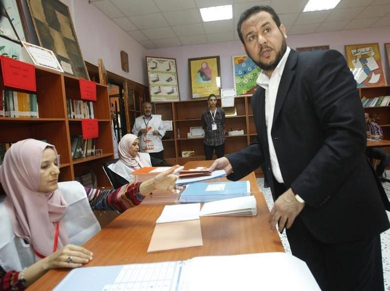 Abdel Hakim Belhadj, leader of Al-Watan party and former head of the Tripoli military counsel casts his vote at a polling station in Tripoli July 7, 2012.  REUTERS/Ismail Zitouny