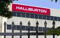Halliburton, deuxième groupe parapétrolier mondial, a annoncé lundi une hausse de 10% de son chiffre d'affaires trimestriel, tirant parti d'une reprise de l'activité de forage en Amérique du Nord grâce à une remontée des prix du gaz naturel après un creux de deux ans. /Photo d'archives/    REUTERS/Richard Carson