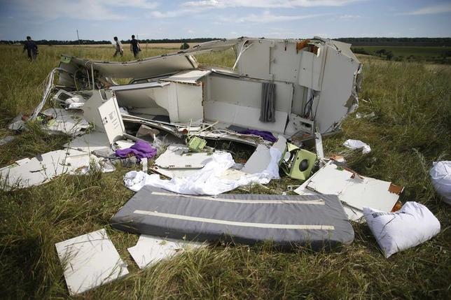7月21日、ウクライナ東部ドネツクの親ロシア派勢力は、同国東部で撃墜されたマレーシア航空機のブラックボックスをマレーシアの専門家に引き渡した。写真は機体の残がい(2014年 ロイター/Maxim Zmeyev)