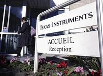Texas Instruments a dit anticiper une hausse de son chiffre d'affaires au troisième trimestre à la faveur d'une amélioration de la demande pour les puces utilisées dans les voitures, des équipements industriels et du matériel de communication. REUTERS/Eric Gaillard