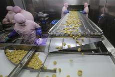 Employees work at a production line prior to a seizure conducted by officers from the Shanghai Food and Drug Administration, at the Husi Food factory in Shanghai, July 20, 2014.  REUTERS/Stringer