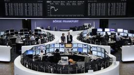 Les Bourses européennes confirment leur train haussier, les intervenants espérant un apaisement des tensions entre les pays occidentaux et la Russie après que les séparatistes ukrainiens eurent restitué les boîtes noires de l'avion de la Malaysia Airlines abattu la semaine dernière.  Le CAC 40 gagnait 0,8% à la mi-séance, le Dax prenait 0,8% et le FTSE progressait de 0,78%. /Photo prise le 22 juillet 2014/REUTERS