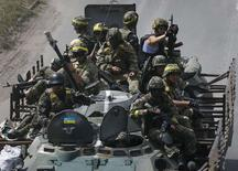 Украинские войска близ города Константиновка 21 июля 2014 года. Международный Красный Крест в конфиденциальном порядке определил, что Украина находится в состоянии войны, сообщили западные дипломаты и чиновники. REUTERS/Gleb Garanich