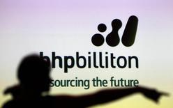 Le groupe minier BHP Billiton a battu son propre objectif de production pour l'ensemble de l'exercice avec 225 millions de tonnes extraites, soit 4% de mieux que prévu.  /Photo d'archives/REUTERS/Tim Wimborne