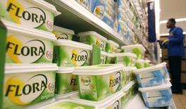 Unilever a publié jeudi un chiffre d'affaires inférieur au consensus au deuxième trimestre, évoquant un ralentissement des marchés émergents et un malaise persistant dans les économies développées. Le groupe anglo-néerlandais de produits de consommation courante a fait état d'un chiffre d'affaires en hausse de 3,8%. /Photo d'archives/REUTERS/Luke MacGregor