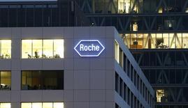 Фабрика Roche в Роткройце 6 ноября 2013 года. Продажи швейцарской фармацевтической компании Roche немного снизились в первом полугодии из-за укрепления франка. REUTERS/Arnd Wiegmann