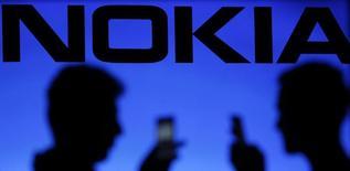 Nokia a publié mardi une marge bénéficiaire trimestrielle meilleure que prévu pour sa division réseaux et dit que ses anticipations de rentabilité pour l'ensemble de l'année s'étaient améliorées. Nokia a vendu ses téléphones mobiles à Microsoft en avril et en conséquence, près de 90% de son chiffre d'affaires provient de la division réseaux. /Photod'archives/REUTERS/Dado Ruvic