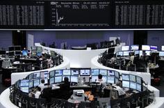 Les Bourses européennes poursuivent jeudi à mi-séance leur rebond entamé dans la matinée après la publication d'indicateurs jugés encourageants pour la reprise économique malgré la persistance de tensions géopolitiques en Ukraine et dans la bande de Gaza. À Paris, le CAC 40 progressait de 0,7%, vers 13h00 GMT. À Francfort, le Dax prenait 0,5% et à Londres, le FTSE gagnait 0,1%. /Photo prise le 24 juillet 2014/REUTERS