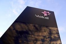 Логотип Statoil на штаб-квартире компании в Ставангере 17 января 2013 года. Прибыль норвежской нефтегазовой компании Statoil была намного ниже прогноза во втором квартале из-за падения добычи и цен на газ, однако компания сохранила прогнозы добычи и инвестиций. REUTERS/Kent Skibstad/NTB Scanpix
