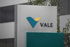 Логотип Vale у офиса продаж компании под Женевой 4 июня 2012 года. Бразильская Vale SA добыла рекордное количество железной руды во втором квартале, не желая уступать австралийским конкурентам долю рынка, но снижение производительности других подразделений дает повод для беспокойства перед объявлением результатов на следующей неделе. REUTERS/Denis Balibouse