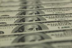 Доллары США в отделении банка OTP в Будапеште 23 ноября 2011 года. Курс доллара к корзине основных валют близок к шестимесячному максимуму после значительного роста на прошлой неделе, когда инвесторы принялись продавать евро. REUTERS/Laszlo Balogh