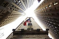 Les marchés d'actions américains ont ouvert sur une note prudente lundi, faute d'indicateur ou de résultat majeur à se mettre sous la dent, dans un contexte qui reste marqué par de nouvelles offensives sur le front des fusions-acquisitions. Quelques instants après l'ouverture, le Dow Jones perd 0,08%, le S&P-500 recule de 0,05% et le Nasdaq prend 0,02%. /Photo d'archives/REUTERS/Lucas Jackson