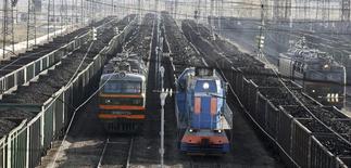 Составы с углём на станции города Заозёрный 22 сентября 2009 года. Мечел договорился с южнокорейской SG Global о поставке до 2,8 миллиона тонн энергетического угля ежегодно в основном со своего крупнейшего угольного проекта - Эльги, сообщила компания Игоря Зюзина в понедельник. REUTERS/Ilya Naymushin