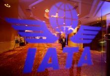El logo de la Asociación Internacional de Transporte Aéreo (IATA)  en su cumbre anual realizada en Pekín, jun 11 2012. La Asociación Internacional de Transporte Aéreo (IATA) pidió una reunión con el presidente de Venezuela, Nicolás Maduro, con el fin de abordar las opciones para recuperar los más de 4.000 millones de dólares que las aerolíneas tienen retenidos en el país debido a los controles cambiarios. REUTERS/Jason Lee