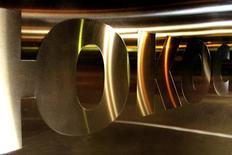 Imagen de archivo del logo de la petrolera Yukos en su casa matriz de Moscú, jul 31 2006. El Tribunal de Arbitraje de La Haya dictaminó el lunes que Rusia debe pagar a un grupo de accionistas de la desaparecida petrolera Yukos 51.600 millones de dólares por la expropiación de sus activos, un fuerte golpe para un país que se tambalea al borde de la recesión. REUTERS/Anton Denisov