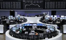 Operadores en sus estaciones de trabajo en la bolsa alemana de Fráncfort, bjul 23 2014. Las acciones europeas cerraron con un leve retroceso el lunes, reflejando la preocupación de los inversores por las próximas discusiones de la Unión Europea sobre sanciones económicas a Rusia, pero resultados corporativos impidieron una caída mayor.      REUTERS/Remote/Stringer