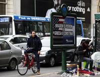 Un afiche alusivo a la crisis de deuda argentina en Buenos Aires, jul 29 2013. Tenedores de bonos argentinos en euros reestructurados pidieron al juez estadounidense Thomas Griesa que ordene una medida cautelar de emergencia que impida a Argentina caer en un default de deuda en las próximas horas, según un documento registrado el martes en una corte de Nueva York.     REUTERS/Marcos Brindicci