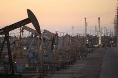 Una serie de unidades de bombeo de crudo en el campo Wilmington en Long Beach, EEUU, jul 30 2013. Los precios del petróleo Brent cotizaban estables el miércoles a algo menos de 108 dólares por barril, debilitados por los abundantes suministros en Europa y Asia, mientras que el barril en Estados Unidos subía tras datos que mostraron un fuerte descenso en las existencias de crudo en ese país.  REUTERS/David McNew