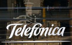 El logo de la firma de telecomunicaciones Telefónica en Madrid, dic 3 2012. Con la vista puesta en frenar el dominio en el mercado mexicano del conglomerado del magnate Carlos Slim, el grupo español de telecomunicaciones Telefónica reconoció el miércoles que está buscando consolidar su negocio en el país latinoamericano, donde lleva meses estudiando objetivos de adquisición. REUTERS/Andrea Comas