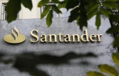 Логотип банка Santander на здании в Мадриде 27 октября 2011 года. Прибыль Santander подскочила во втором квартале на 38 процентов в годовом исчислении, превысив прогнозы, поскольку резервы на покрытие убытков по безнадежным долгам снизились. REUTERS/Andrea Comas