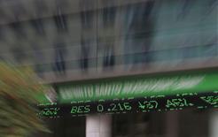 Les espoirs de Banco Espirito Santo (BES) de lever des capitaux frais sans recourir à une aide publique se sont encore amenuisés jeudi avec un nouveau décrochage de l'action de la première banque portugaise (-42,07%, à 0,2010 euro), provoqué par l'annonce d'une perte massive et des révélations sur de possibles agissements illégaux de responsables de l'établissement. /Photo prise le 31 juillet 2014/REUTERS/Rafael Marchante