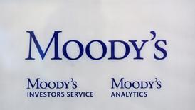 Логотип рейтингового агентства Moody's Investor Services в Париже 24 октября 2011 года. Экономические санкции, введенные против России США и ЕС, усугубят ее экономические проблемы, но вряд ли вызовут кризис ликвидности в краткосрочной перспективе, считает международное рейтинговое агентство Moody's. REUTERS/Philippe Wojazer