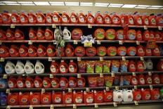 Procter & Gamble , qui a annoncé une hausse de 37% de son bénéfice au quatrième trimestre, à suivre vendredi sur les marchés américains. /Photo d'archives/REUTERS/Mario Anzuoni