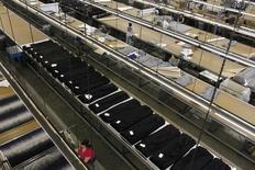 La croissance de l'activité du secteur manufacturier américain a atteint un plus haut de plus de trois ans le mois dernier avec la hausse des nouvelles commandes et de l'emploi, selon les résultats de l'enquête mensuelle de l'Institute for Supply Management (ISM). /Photo d'archives/REUTERS/Lucy Nicholson