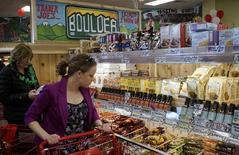 Unos clientes de compras al interior de una tienda de la cadena Trader Joe's en Boulder, EEUU, feb 14 2014. La confianza del consumidor de Estados Unidos bajó en julio, mientras que el índice de expectativas de los consumidores se debilitó por tercer mes consecutivo, mostró un sondeo publicado el viernes.  REUTERS/Rick Wilking