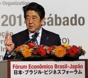 El primer ministro de Japón, Shinzo Abe, durante su dicurso en la ceremonia de apertura de Foro Económico Japón-Brasil el 2 de agosto en São Paulo. Abe dijo que su país necesita fijarse más en América Latina para aprovechar mejor las ventajas de crecientes flujos comerciales. REUTERS/Paulo Whitaker (BRAZIL - Tags: POLITICS BUSINESS) - RTR410MB
