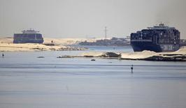 Ships cross the Suez canal, near Ismailia port city, northeast of Cairo May 1, 2014.  REUTERS/Amr Abdallah Dalsh