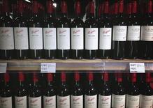 Le groupe australien Treasury Wine Estates, numéro deux mondial du vin, a accepté lundi d'ouvrir ses comptes à Kohlberg Kravis Roberts & Co après une nouvelle offre du fonds américain, d'un montant de 3,15 milliards de dollars (2,35 milliards d'euros) qu'il a cette fois jugée intéressante. /Photo prise le 4 août 2014/REUTERS/David Gray